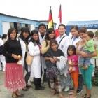 Studenten der medizinischen Fakultät UPAO untersuchen die Kinder