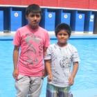schwimmbad-17-zwei-am-beckenrand
